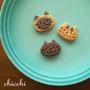 chicchi https://twitter.com/chicchicchi22  のんびり顔をした猫モチーフを中心にさりげなく使えるお菓子のアクセサリーを製作しています。