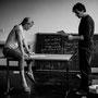Hendrik und Jessica beim Versuch, die Aufgabe auf der Tafel zu lösen.  © Laion.de
