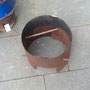 Ein verstellbarer Metallzylinder nimmt den Topf auf und leitet die sonst ungenutzte Abwärme zum Topf hin.