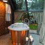 Freistehende Badewanne im Badehäuschen