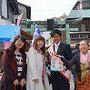 江ノ島春祭りで江ノ島海の王子と記念撮影。まったくStaffのオバサンたら・・・