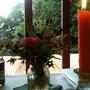 Ohne Strom gehts auch! Mit leuchtenden Blumen und Kerzen.