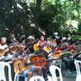 お昼の合奏時間の風景。ギター、ウッドベース、カヴァキーニョ、サックス、フルート、クラリネット、、、全コースの生徒による演奏です!