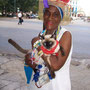 Einheimische in den Straßen der Altstadt von Havanna, Cuba