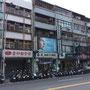 Ganz Taipei besteht eigentlich nur aus Shops. Und von den Shops sind gefühlte 60% Scooter-Werkstätten