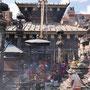Überall stößt man hier auf Tempel und Rauch