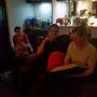 Nicky und Dori inspizieren mein St. Kilda-Kissen