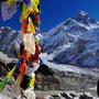 Gebetsfahnen vor Everest Gipfel und Westschulter