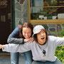 In Neuseeland wimmelt es von abgefahrenen Asiaten - hier Kenji mit mir vor der Sprachschule in Queenstown