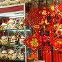 Und natürlich gibt es auch hier die typisch chinesisch winkende Katze