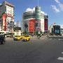 Lebhafte Kreuzung im Panorama...