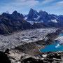 Cholatse (6440 m) und Taboche (6542 m) , die beiden großen Brocken ziemlich in der Mitte des Bildes