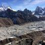 Von Gokyo aus werden wir am nächsten Tag den Ngozumpa Gletscher überqueren und dann geht es unterhalb des Cholatse den Cho La Pass entlang