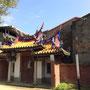 Wunderbares Tor mit alternden Häusern dahinter