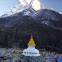 Eine Stupa wacht über Dingboche, im Hintergrund der Imja Tse (6189 m)