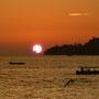 Die Sonne kratzt am Meer