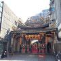 Der Qingshan Temple liegt etwas eingekesselt, ist aber von innen sehr spektakulär