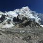 Panorama des Khumbu Gletschers mit dem Nuptse als dominierendem Gipfel