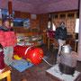 Juddha und Biru führen die Druckkammer vor, die für den Notfall mitgeschleppt wird