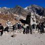 Wir machen Rast inmitten der Gedenkstätten für die Bergsteiger, die am Everest verstorben sind