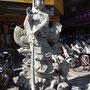 Statue auf der nahegelegenen Einkaufsstraße. Dort gibt es alles, um sich selbst einen kleinen Tempel einzurichten...