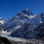 Panorama: Lingtren (6697 m), Khumbutse (6640 m), Changtse (7543 m), Mount Everest (8848 m), Khumbu Icefall und Gletscher, Nuptse (7745 m)