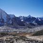 Blick über den Khumbu Gletscher: die große Spitze im Hintergrund ist der Ama Dablam (6812 m), der mittlere der drei rechten Gipfel ist der Kangtega (6779 m)