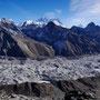 Riesenpanorama: Everest (8848 m), Nuptse (7861 m) und Lhotse (8516 m), das Dreigestirn in der Mitte, und rechts davon der Makalu (8481 m), die helle Pyramide im Hintergrund neben den drei dunkelgrauen Spitzen
