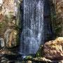 Ein Wasserfall auf dem Tempelgelände