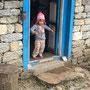 Eine total niedliche kleine Sherpa schaut uns neugierig an
