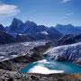 Blick auf Gokyo, den gleichnamigen See und den Ngozumpa Gletscher