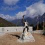 Tenzing Norgay, der nepalesische Volksheld, mit Everest und Lhotse im Hintergrund