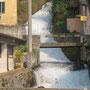 """Eigentlich würde der Weg halbwegs hinunter bis zum Friedhof und dann wieder hinauf zur Burg Vezio führen. Wir entscheiden uns, hinunter nach Fiumelatte zu wandern. Der """"Milchfluss"""" ist übrgiens mit 250 m der kürzeste Fluss Italiens."""