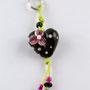 Schwarzes Herz mit hellrosa Pünktli und pinkiger Blüte; Herz ca. 2 cm breit