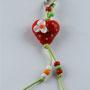VERKAUFT! Erdbeerherz rot mit grünen Pünktli und Erdbeerblüte; Herz ca. 2 cm breit