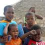 Kinder vor der Töpferei in Rabil