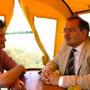 Der Vorsitzende des Bauernverband Südbrandenburg Thomas Goebel und der Landwirtschaftsminister Jörg Vogelsänger im Gespräch.