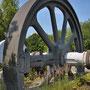 """Schwungrad mit Kurbelwelle einer Gaskolbenmaschine. Sie diente als Antrieb zur Winderzeugung eines Hochofens im ehemaligen HOESCH Hochofenwerk PHOENIX. Seit der """"Ausmusterung"""" 1980 steht es als """"Industriedenkmal"""" an der TU in Dortmund - Barop"""