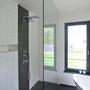 In der großen frei begehbaren Dusche sorgt das Duschelement mit Rainshower und Schwallbrause für den individuellen Duschspaß.