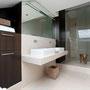 Die Podeststufe zum Duschbereich ermöglicht den bodengleichen Zugang unter die Brause.