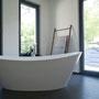 Der große Raum ist ideal für den Einsatz einer freistehenden Wanne.