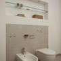 Eine beleuchtete Wandnische bietet praktischen Stauraum über WC und Bidet.