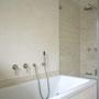 Das Bad ist komplett in Limestone und Cremetönen gehalten.