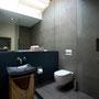 Das Gästebad bietet ausreichend Platz für Waschplatz, WC und Dusche. Der große Spiegel vergrößert optisch den Raum.