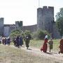 die Bewohner suchen eilig Schutz hinter den Stadtmauern.