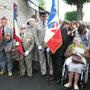 Madame Charles de testa et sa famille aux côtés de porte-drapeaux et d'un sous-officiers du 43e Bataillon des Transmissions d'Orléans