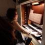 an der Orgel Larissa Hergert