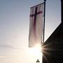Kirchenfahne vor untergehender Sonne