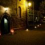Der Weg zur Kirche mit Lichterglanz