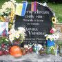 """Das mutmaßlich erste Todesopfer der """"Revolution"""" war Sergej Nigoyan. Sein Gedenkstein steht in der Gruschewski-Straße. Die Eltern des jungen Mannes aus Dnipropetrowsk stammen aus Armenien, deshalb hängt die Flagge des Landes am Stein. Foto: Stefan Korinth"""